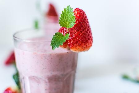 closeup photo of strawberry smoothie