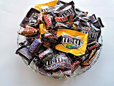 closeup photo of bowl of M&M's chocolate packs