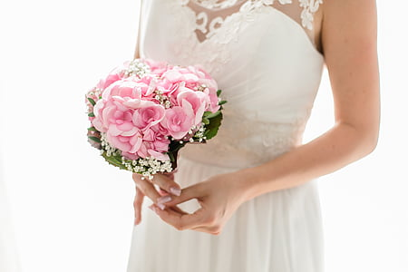 woman holding pink roses bouquet