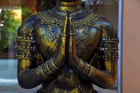 closeup photo of gold-colored statue
