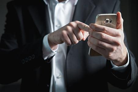 man holding gold platinum Samsung Galaxy S6