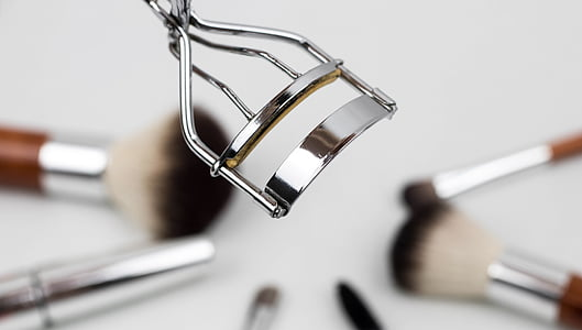 closeup photo of false eyelash curler