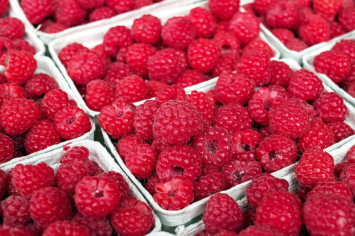 bunch of strawberry fruits